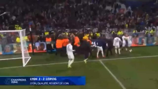 Duelo da Champions termina com confrontos entre Depay e ultras do Lyon