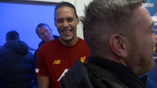 Insólito: Alisson tentava dar entrevista e... Van Dijk roubou-lhe a luz