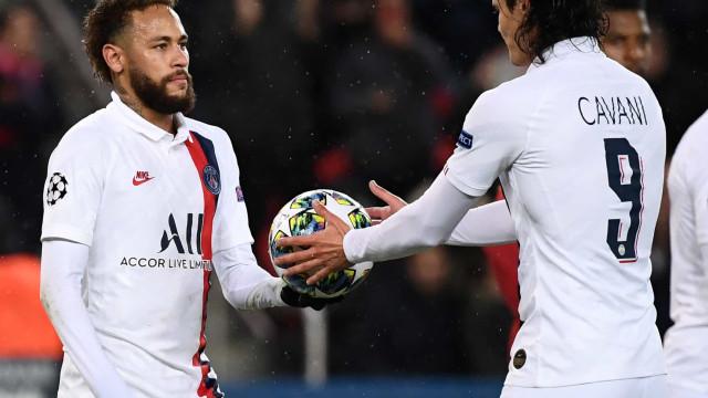 A polémica já lá vai: Neymar ofereceu penálti a Cavani