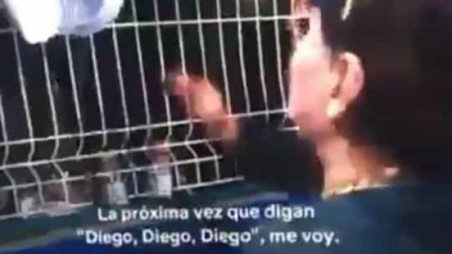 Embaraçoso: Maradona 'humilha' crianças que lhe pediam autógrafos