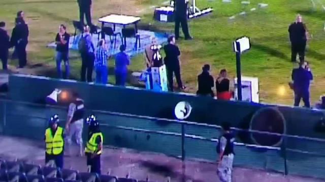 Insólito: Troféu de campeão uruguaio cai em fosso repleto de água