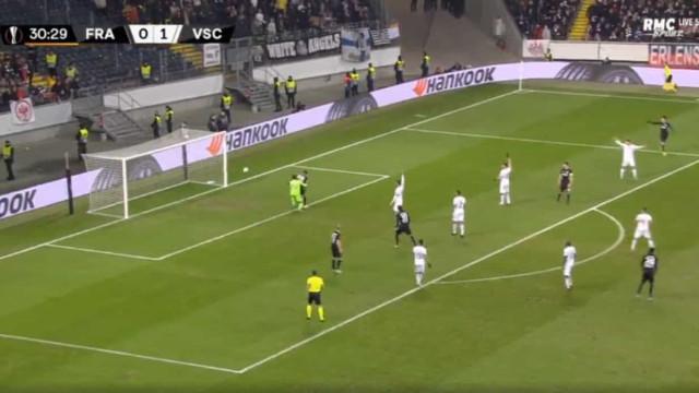 Miguel Silva mal na fotografia no golo que deu o empate ao Frankfurt