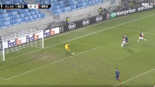 Pablo Santos hesitou e Sporar abriu a contagem para o Slovan