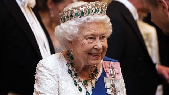 Isabel II estreia exuberante colar de diamantes em noite de gala