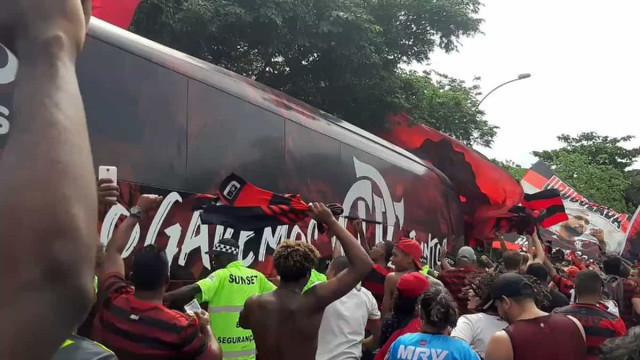 Mengão partiu para Mundial de clubes e adeptos repetiram enchente na rua