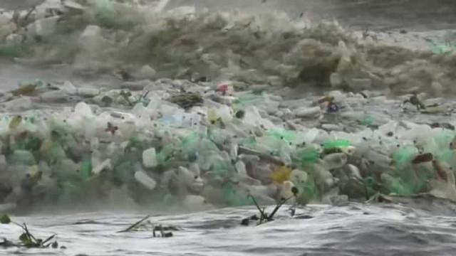 Ondas repletas de lixo e plástico rebentam em areal de praia sul-africana