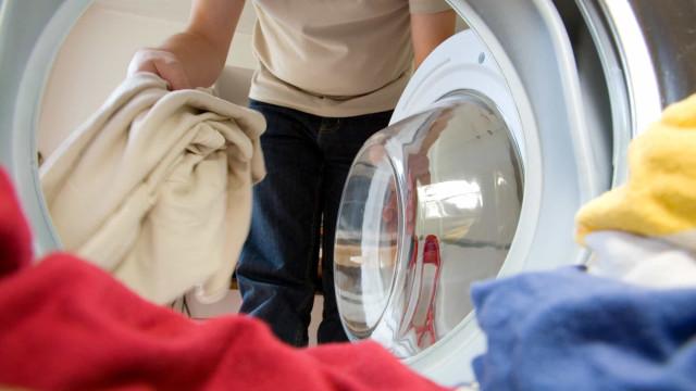 Itens que não deve lavar na máquina da roupa? Há 15 que são proibidos