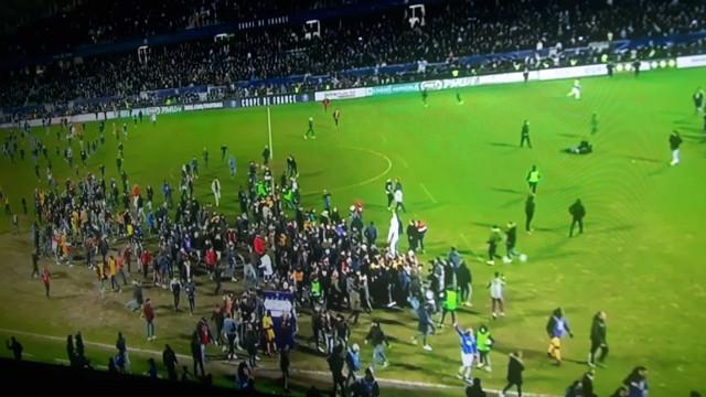 Loucura: Adeptos invadem campo para fazer a festa do apuramento na Taça