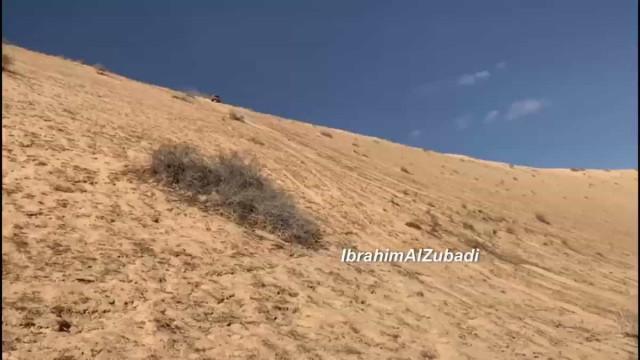 Descer uma duna de lado, a 100 km/h... Eis o campeão Carlos Sainz