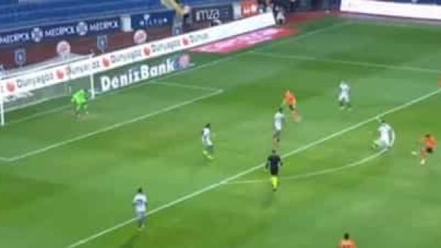 Atenção, Sporting: Jogador do Basaksehir marcou este golaço