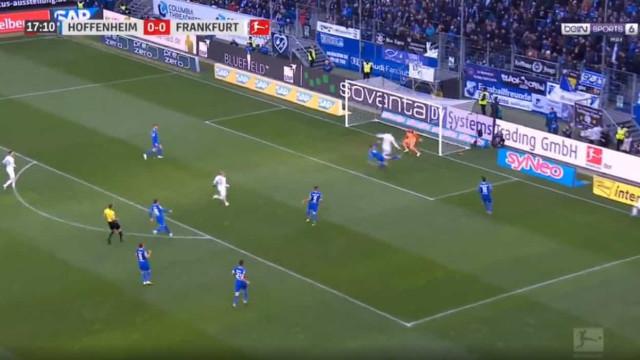 Bas Dost marca pelo segundo jogo seguido e Eintracht está em vantagem