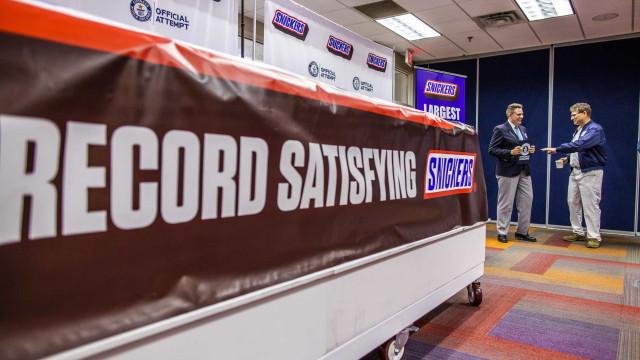 Esta é a maior barra de Snickers do mundo e bateu o recorde do Guinness