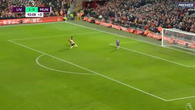 Super assistência de Alisson para a correria e golo de Salah