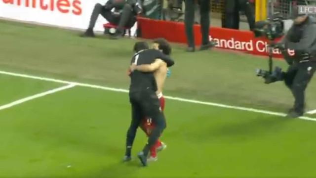 Incrível: Alisson fez assistência e correu para festejar com Salah