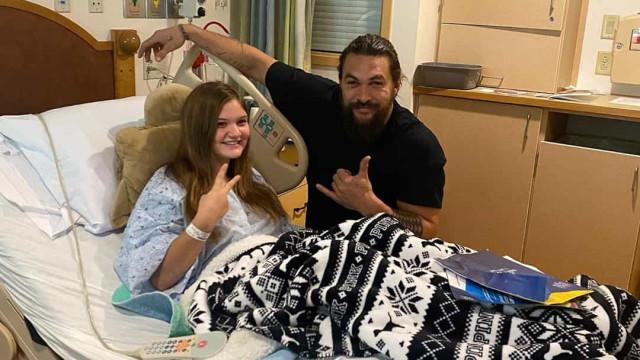 Jason Momoa faz visita surpresa a crianças hospitalizadas