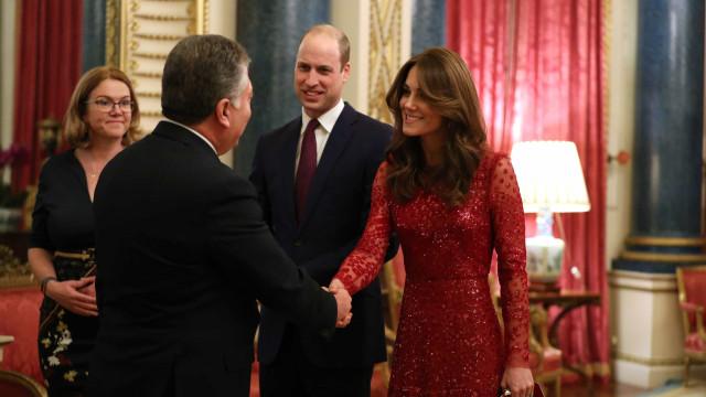 No meio de fase polémica, Kate Middleton surge deslumbrante em evento