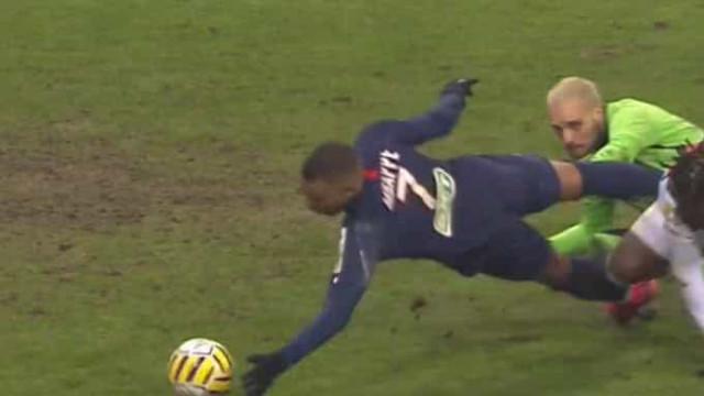 Mbappé marcou golo com a mão, viu cartão amarelo e reagiu assim