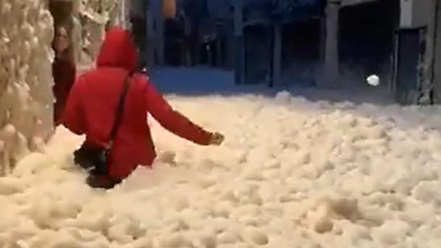 Tempestade Glória. Espuma do mar inunda rua de cidade espanhola