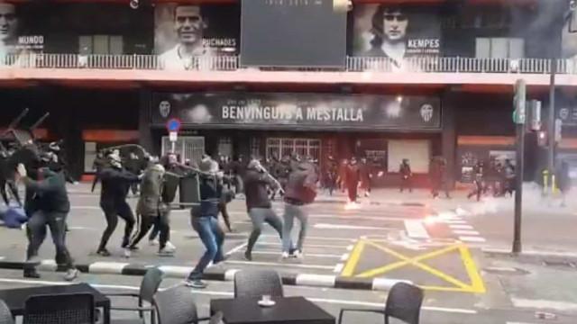 Imagens assustadoras: Batalha campal entre adeptos do Barça e do Valencia