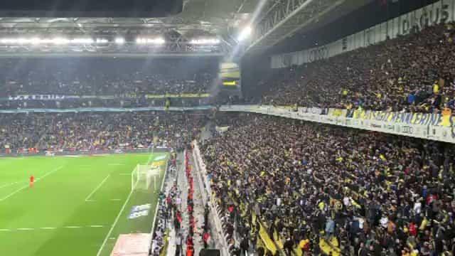Arrepiante: Adeptos do Fenerbahçe doam cachecóis para vítimas de sismo