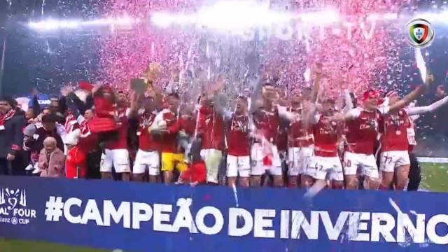 O momento em que o Sp. Braga celebra a conquista da Taça da Liga
