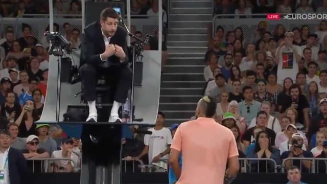 Kyrgios começa a sangrar e acaba a chamar estúpido ao árbitro
