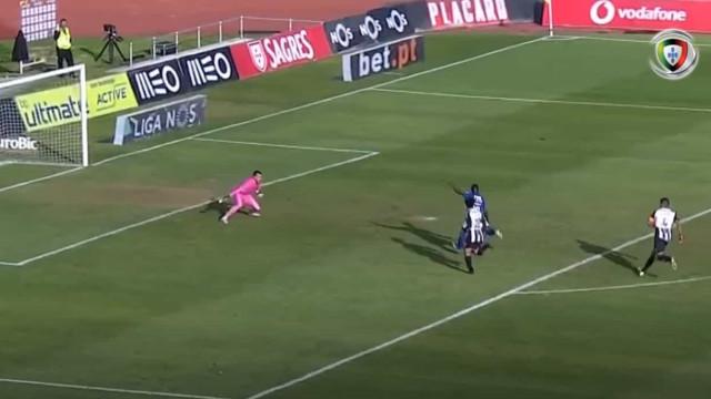Varela marcou assim o primeiro golo da 'era Petit' no Belenenses SAD