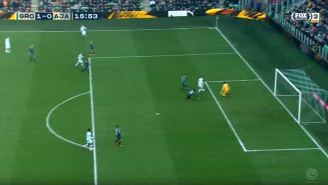 Varela mal na fotografia no primeiro golo sofrido ao serviço do Ajax