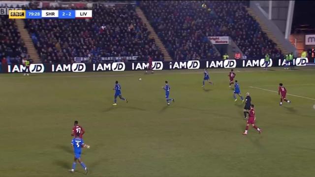 Mohamed Salah passou a bola... para painel publicitário