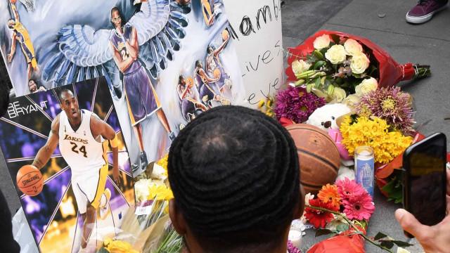 Muitas lágrimas e flores num memorial de homenagem a Kobe Bryant