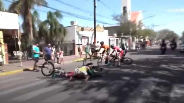 Cão provoca aparatoso acidente durante prova de ciclismo na Argentina