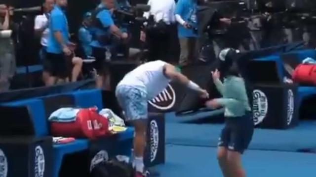 Cuidado com esta entrada: Apanha-bolas ia derrubando tenista em court