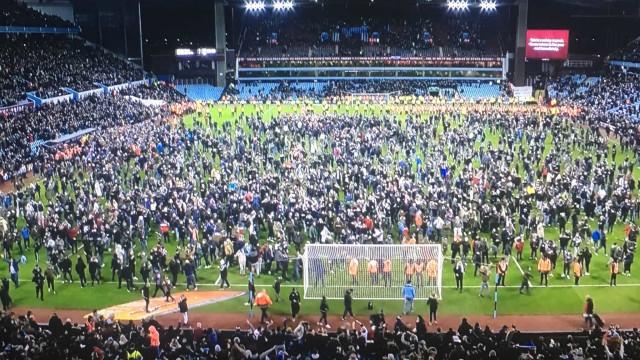 A festa rija dos adeptos do Aston Villa após o acesso à final da Taça