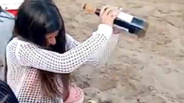 Jovem mostra como abrir garrafa sem saca-rolhas. E fica famosa...