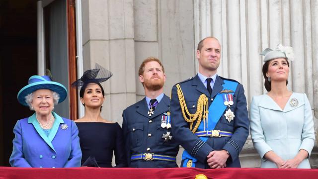 Após polémica, rainha e príncipe William dão os parabéns a filho de Harry