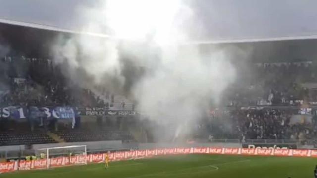 Vitória SC-FC Porto a escaldar: Chuva de cadeiras e tochas nas bancadas