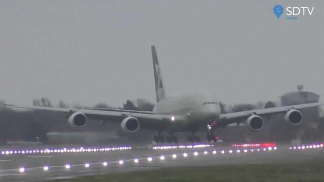 Avião aterra de lado em Londres durante tempestade Dennis