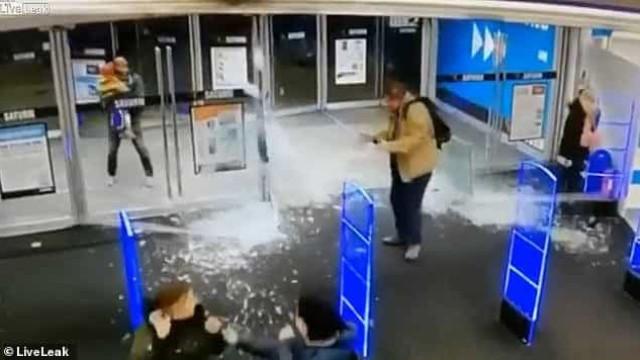 Que bagunça. Cliente desastrado parte portas de vidro ao entrar em loja