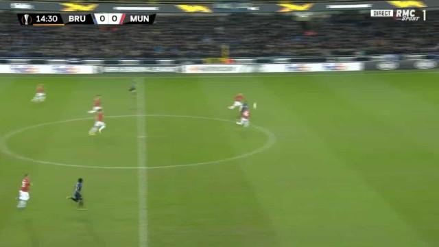 Que 'cratera'... Mignolet assistiu e deixou United em desvantagem