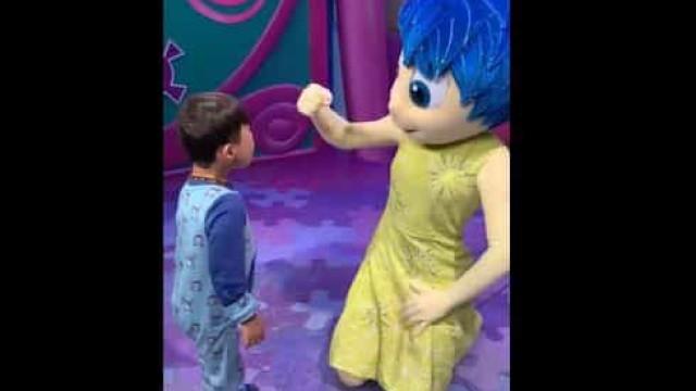 Menino surdo e com Síndrome de Down comunica com personagem na Disney