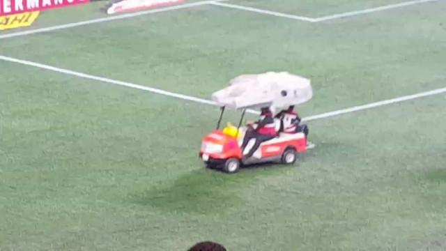 Caricato: Carro de assistência no jogo do Chivas foi... Millenium Falcon