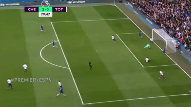 Tammy Abraham ficou 'a ver estrelas' após este lance no Chelsea-Tottenham