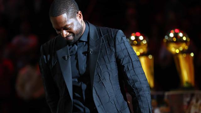 Dwayne Wade foi imortalizado nos Miami Heat e não segurou as lágrimas