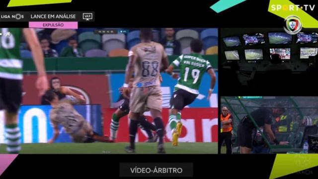 Ricardo Costa 'ceifou' Plata, mas o árbitro considerou legal este lance