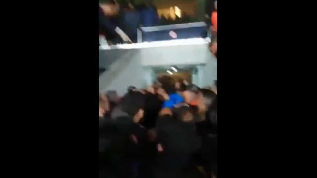 Imagens virais: Presidente do Fenerbahçe agride os próprios adeptos