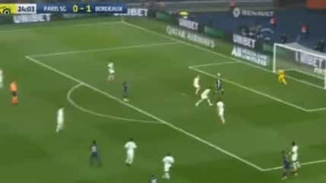 Cavani marca e celebra golo 200 pelo Paris Saint-Germain