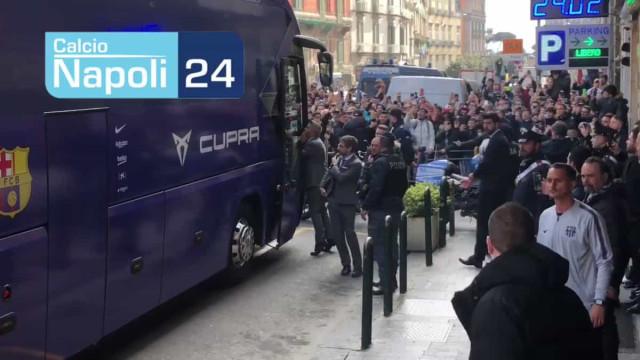Adeptos napolitanos recebem Messi com gritos e enchente junto ao hotel