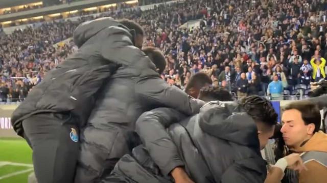 Jogadores do FC Porto derrubaram fotógrafo nos festejos do golo