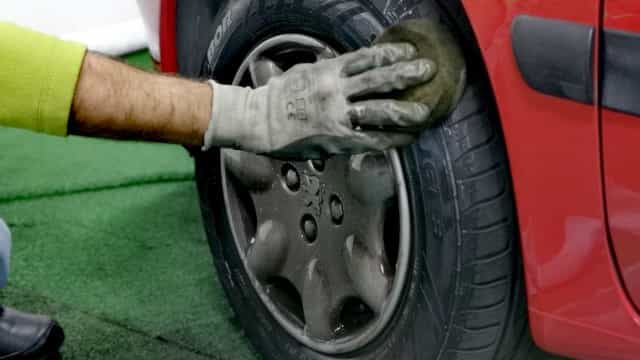 Sabe que é possível lavar o carro sem água? E o preço pode surpreender...