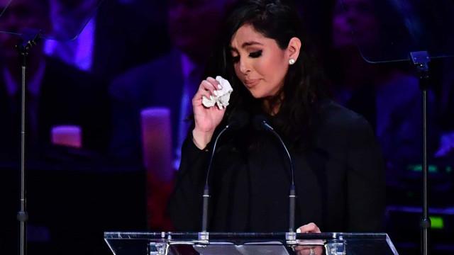 Vanessa Bryant, mulher de Kobe Bryant, em lágrimas durante homenagem